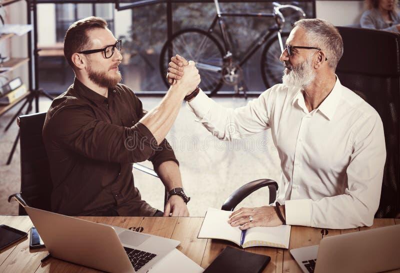 Konzept des Personengesellschaftshändedrucks Geschäftsmann-Händeschüttelnprozeß des Fotos zwei Erfolgreiches Abkommen nach großer lizenzfreies stockbild