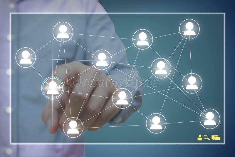 Konzept des Sozialen Netzes, Manndruckknopfleute im Monitorgeröll lizenzfreie stockbilder