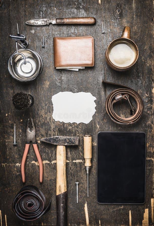 Konzept des Tages seines Vaters, eine Vielzahl von Zubehörwerkzeugen der Männer, Platte, Gurt, Messer, Draufsicht des Rasierpinse lizenzfreies stockbild