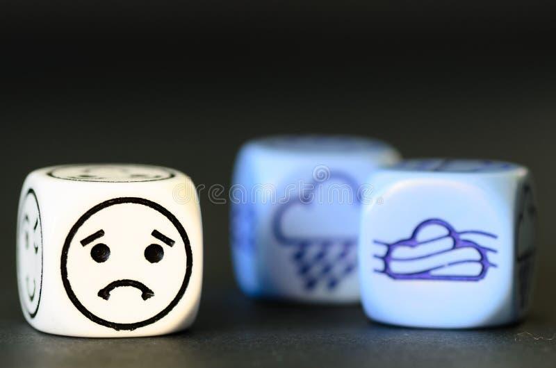 Konzept des traurigen Herbstwetters - Emoticon und Wetter würfeln auf bla stockbilder