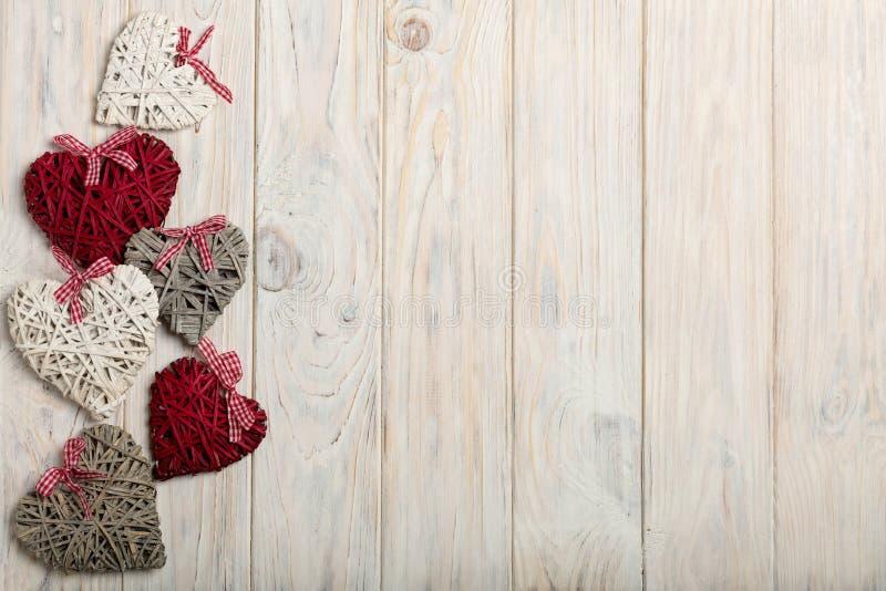 Konzept des Valentinstags Weidenherzen auf hölzernem Hintergrund w stockbilder