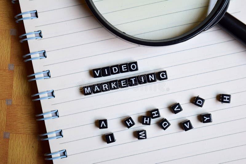 Konzept des Videomarketings auf hölzernen Würfeln mit Büchern im Hintergrund lizenzfreies stockfoto