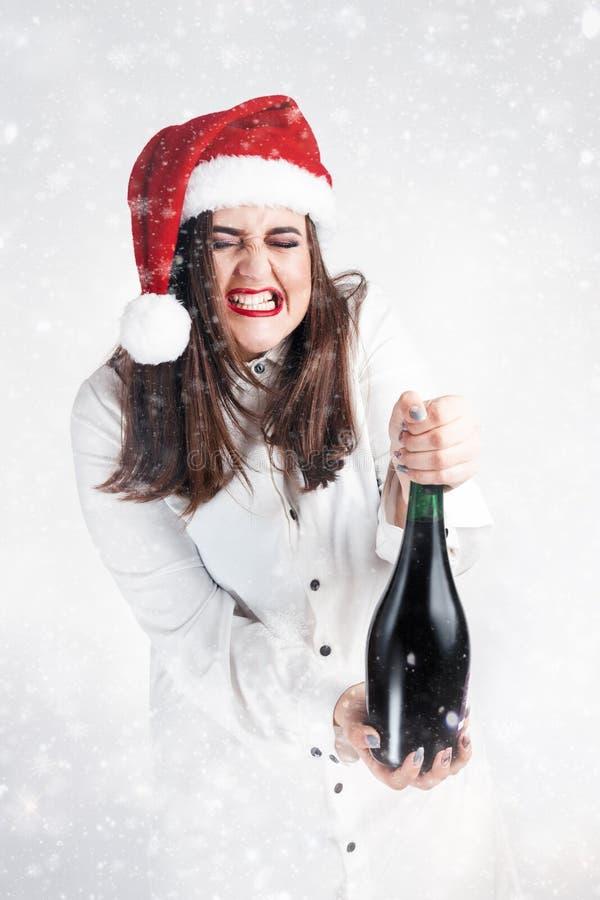 Konzept des Weihnachtsneuen Jahres Modell XXL in Sankt-Hut mit champagn stockfoto