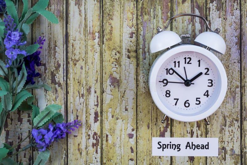 Konzept-Ebenenlage des Nutzung des Tageslichtss-Zeit-Frühlinges voran lizenzfreie stockbilder