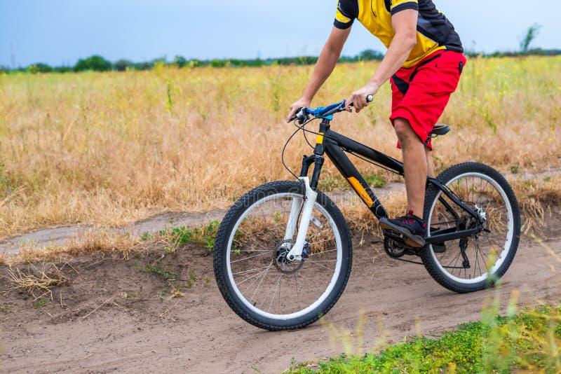 Konzept eines aktiven Lebensstils, ein Radfahrer, der Fahrrad, freien Raum fährt stockfotografie