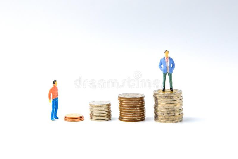 Konzept für Erfolgsleiter-Miniaturleute: Kleinbetrieb figu stockbild
