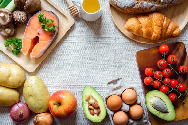 Konzept für gesunde Ernährung und natürliche Zutaten, Ernährung und ausgewogene Gesundheit mit Bio-Gemüse auf dem Tisch MischVita stockfoto