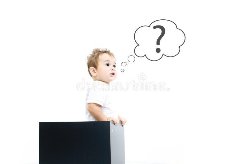 Konzept für Verwirrung, Inspiration und Lösung kleiner Junge schaut aus dem Kasten heraus und sucht nach der Antwort, das Frageze stockbilder