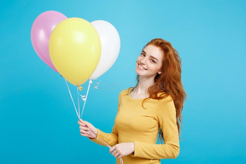 Konzept feiern - nahes hohes Porträt glückliches junges schönes attraktives redhair Mädchen, das mit bunter Partei lächelt stockfoto