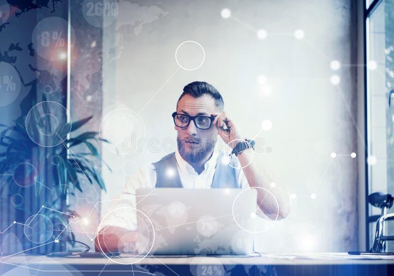 Konzept-globale Verbindungs-virtuelle Ikonen-Diagramm-Diagramm-Schnittstellen-Innovationen Reserch Bärtiger Geschäftsmann Making  stockfotografie