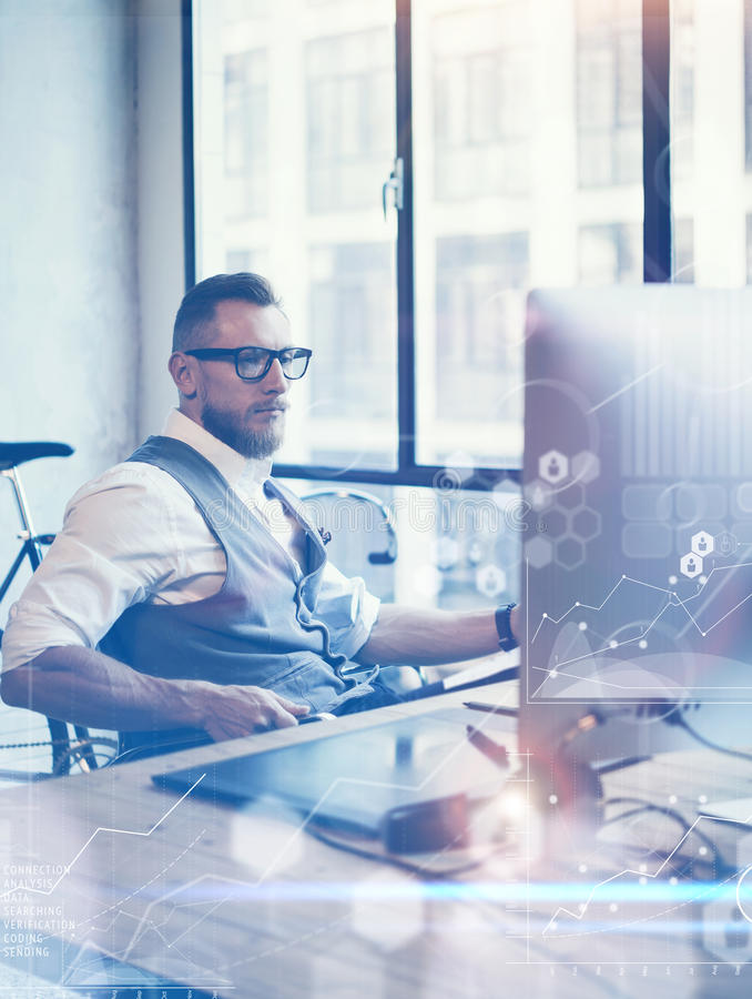 Konzept-globale Verbindungs-virtueller Ikonen-Diagramm-Diagramm-Schnittstellen-Start Reserch Bärtiger Geschäftsmann Making Great  lizenzfreie stockfotos