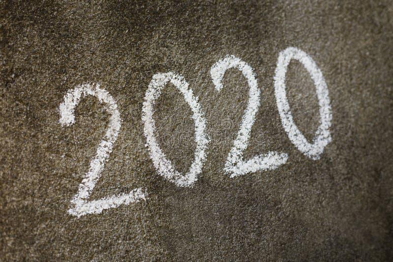 Konzept 2020 Handgeschrieben mit Kreidetext auf grauer Wand lizenzfreie stockfotos