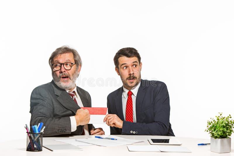 Konzept - Korruption Geschäftsmann in einer Klage, die ein Bestechungsgeld annimmt lizenzfreie stockfotos