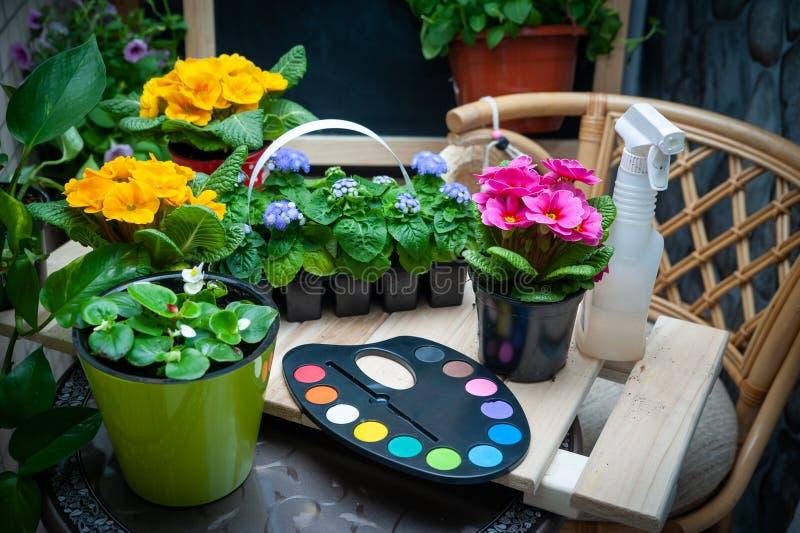 Konzept malen die Welt mit Farben, mehrfarbigen Blumen des Gartens und einer Palette stockbild
