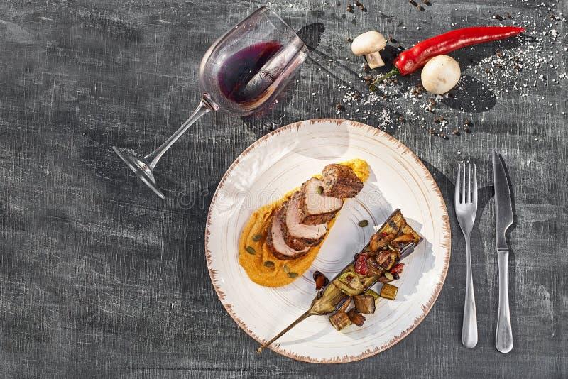 Konzept: Speisekarte, gesunde Speisen, hausgemachte Speisen, Feinschmecker, Glutton Rindsteak mit gegrilltem Gemüse und Kürbis lizenzfreie stockfotos