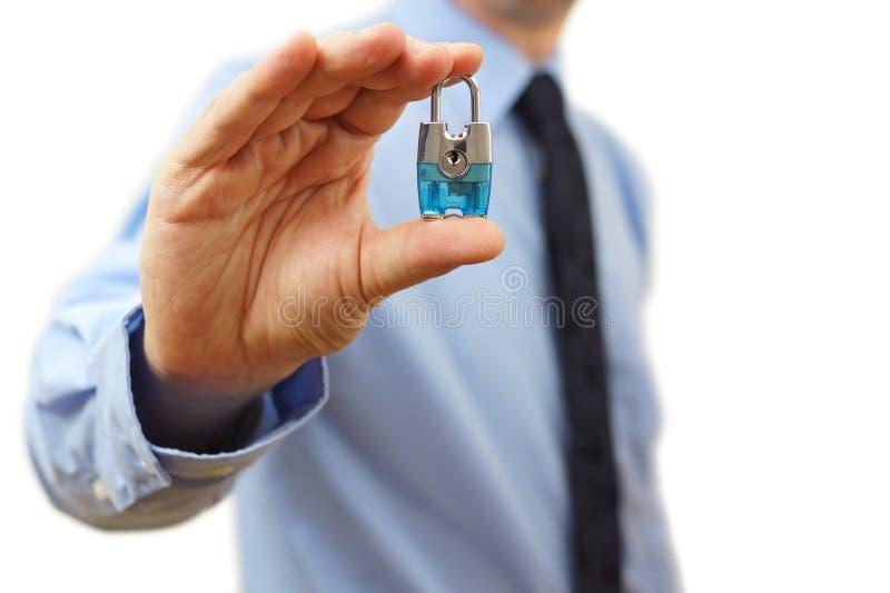 Konzept schützen Ihr Geschäft mit Geschäftsmann mit einem Vorhängeschloß stockfotografie
