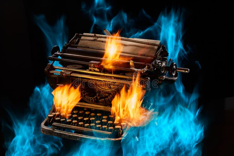 Konzept schoss von der antiken manuellen Schreibmaschine mit Papier auf schwarzem Hintergrund, selektiver Fokus stockfoto