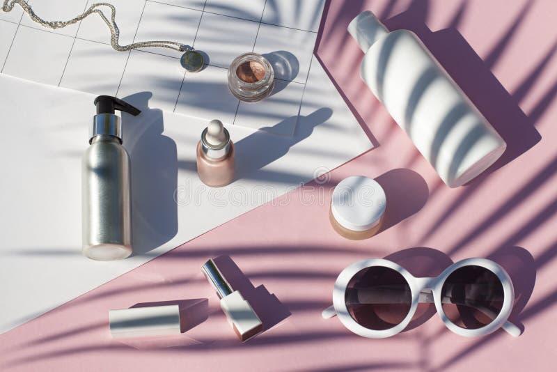 Konzept suncreen flache Lage der Sommerrosa-Kosmetik Beschneidungspfad eingeschlossen lizenzfreie stockfotos