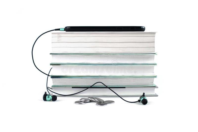 Konzept von billigen Audiob?chern Blaue Kopfhörer und Mobile auf dem Stapel von Büchern Wei?er Hintergrund mit Raum f?r Ihren Tex vektor abbildung