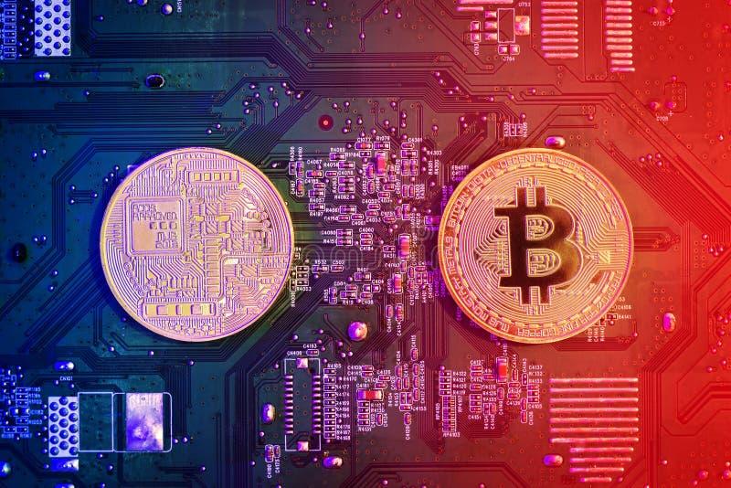 Konzept von Bitcoin-Bergbau Goldenes Bitcoin auf dem Mikrochipbrettabschluß oben lizenzfreie stockbilder