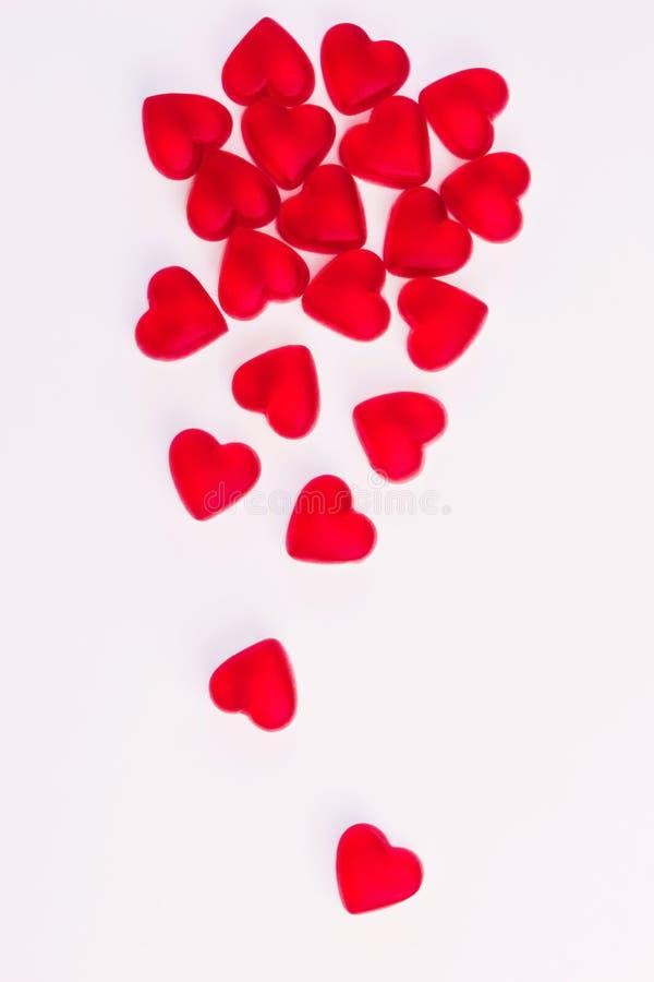 Konzept von den fallenden Herzen, die vom Herzen gemacht wurden, formte rote Geleebonbons auf lokalisiertem wei?em Hintergrund Be lizenzfreies stockbild