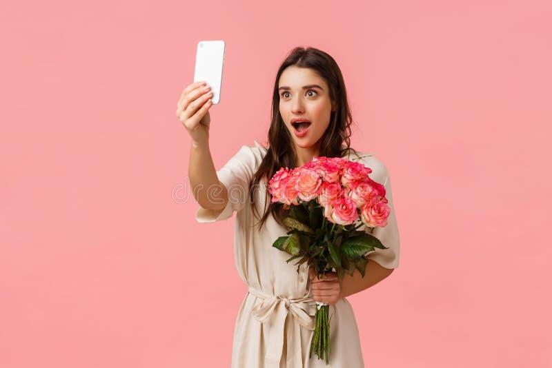 Konzept von Emotionen, Schönheit und Romantik Attraktiv aufgeregt, verlockend brunette weibliche mit schönen Rosen, empfangen, er lizenzfreies stockbild
