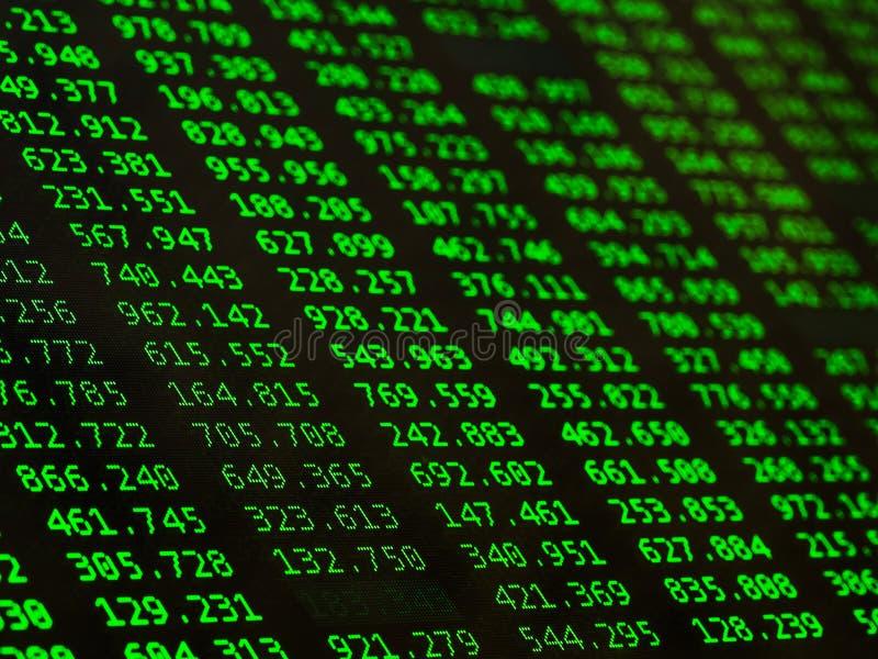 Konzept von Finanzdaten bez?glich eines Monitors Anzeige der B?rse zitiert auf schwarzem Hintergrund lizenzfreie stockfotos
