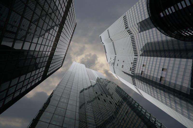 Konzept von Finanzwirtschaftszukunft Niedrige Winkelsicht von hohen Unternehmensgebäuden lizenzfreie stockfotos