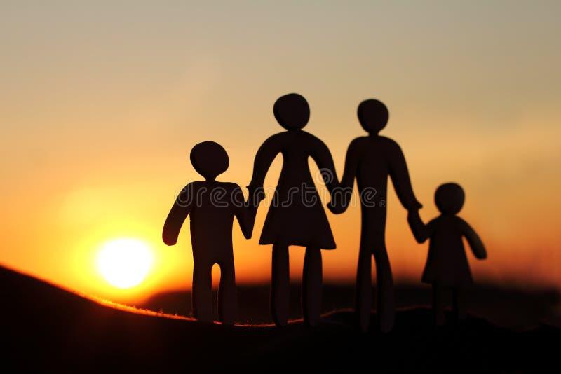 Konzept von gehenden Eltern mit Kindern lizenzfreies stockbild