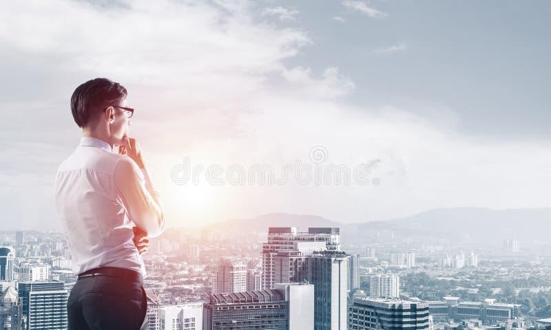 Konzept von Geschäftserfolg- und -steuerung mit überzeugtem Chef gegen Stadtbildhintergrund stockfotos