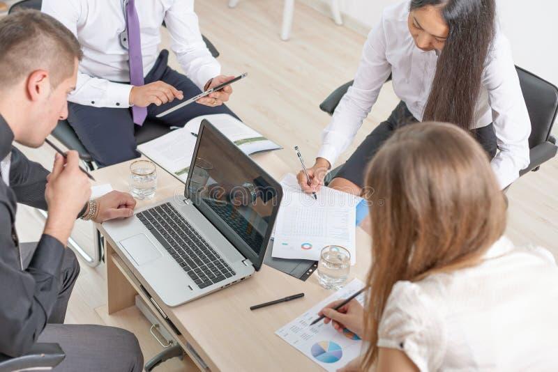 Konzept von Gruppengeschäftsleuten bei der Sitzung im Büro stockbild