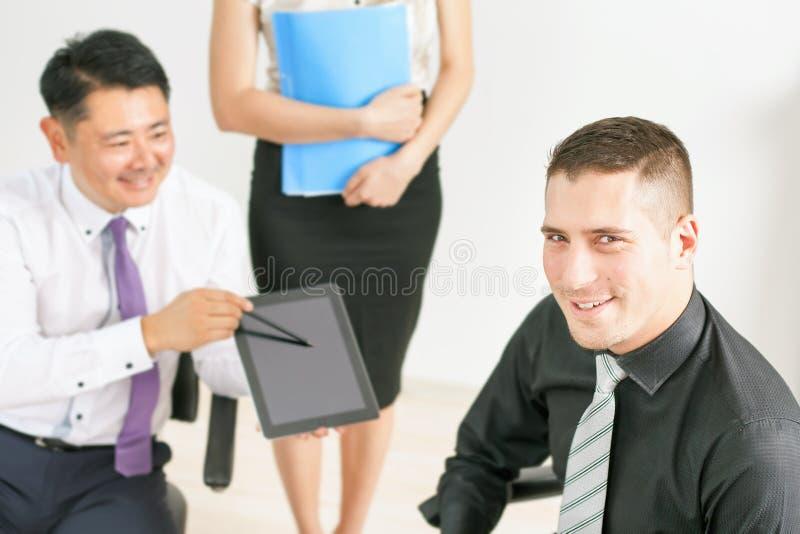 Konzept von Gruppengeschäftsleuten bei der Sitzung im Büro lizenzfreie stockfotografie