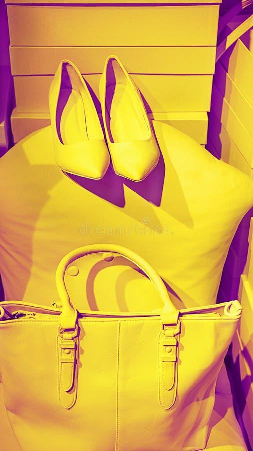 Konzept von modischen weiblichen Zusätzen sacken Schuhe auf leeren Kästen und gelbem Hintergrund ein lizenzfreie stockbilder