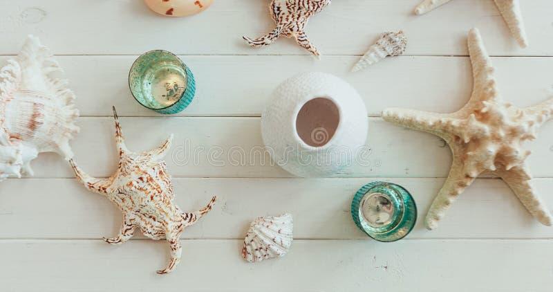 Konzept von Sommerferien Starfish- und Seeoberteil auf hölzernem Hintergrund Draufsicht mit Kopienraum stockfotos