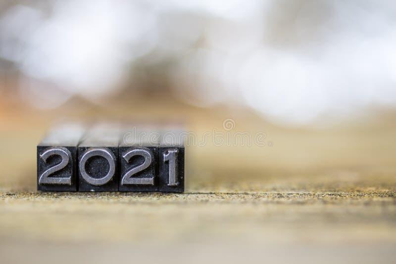 Konzept-Weinlese-Metallbriefbeschwerer-Wort 2021 lizenzfreies stockfoto