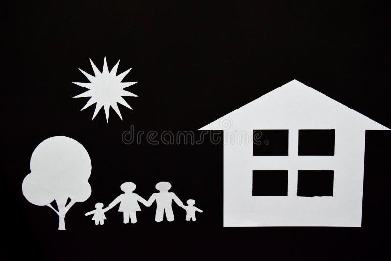 Konzeptbild von machen Ihr ein Haus Papierschnitt der Familie mit Haus und Baum lizenzfreies stockbild