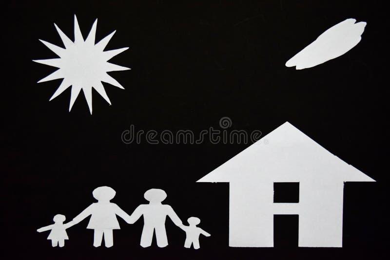 Konzeptbild von machen Ihr ein Haus Papierschnitt der Familie mit Haus und Baum stockfotos