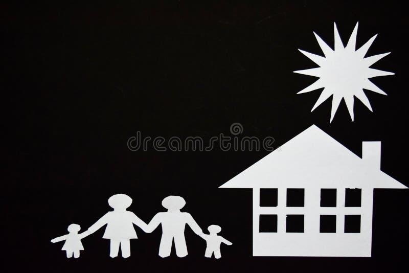 Konzeptbild von machen Ihr ein Haus Papierschnitt der Familie mit Haus und Baum lizenzfreie stockfotos