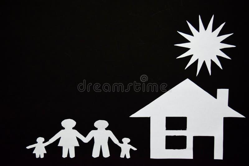 Konzeptbild von machen Ihr ein Haus Papierschnitt der Familie mit Haus und Baum stockfotografie