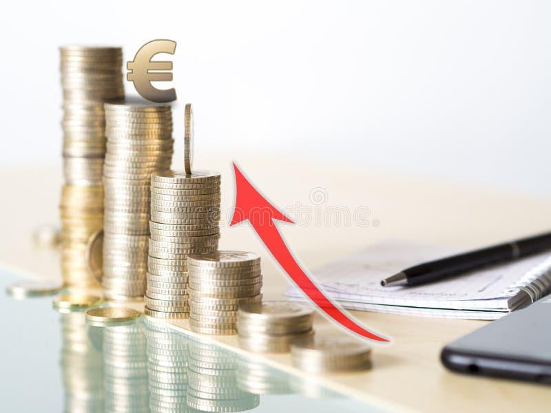 Konzeptfoto, welches die Wertzunahme des Euros zeigt Turm gemacht mit Münzen stockfotos