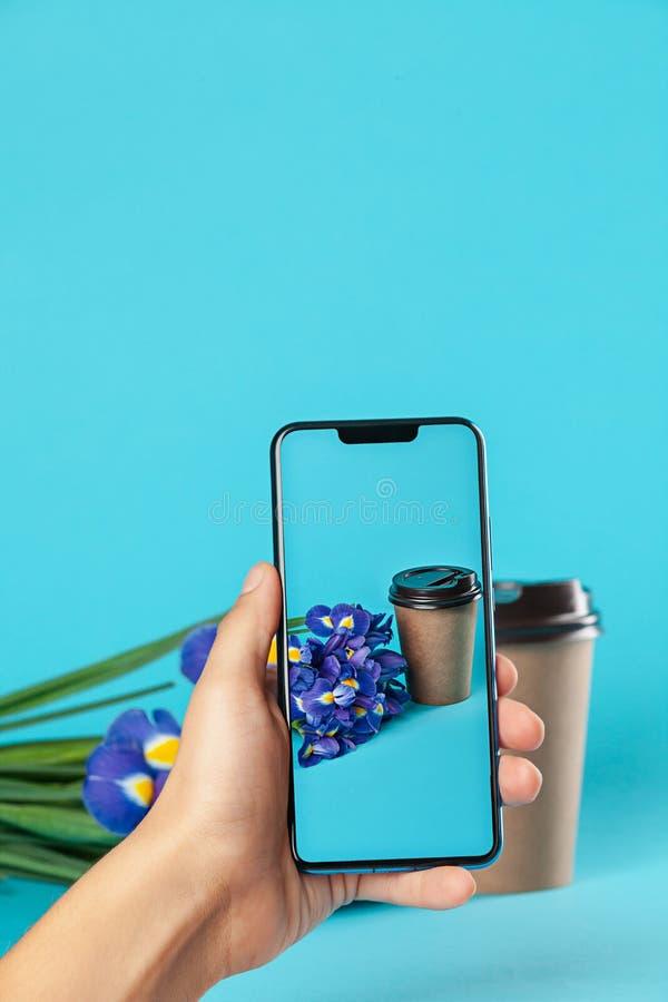 Konzeptfotomann hält Handy beim Nehmen von pitcure stockfoto