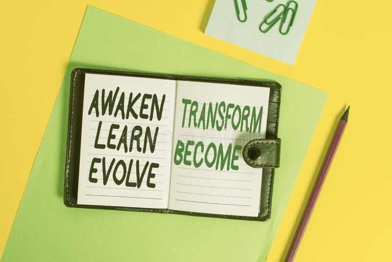 Konzeptionelle Handschrift, die Awaken Learn Evolve Transform zeigt Geschäftsfoto-Präsentation Inspirationsmotivation lizenzfreie stockfotografie