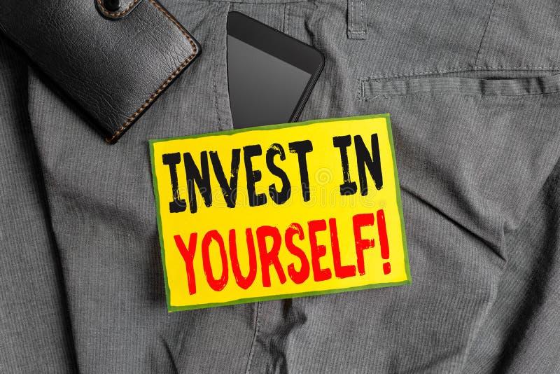 Konzeptionelle Handschrift, die Invest in Ihnen selbst zeigt Geschäftsfoto-Showeinlagen in einem Trainer oder einer Schulung zum  lizenzfreies stockfoto