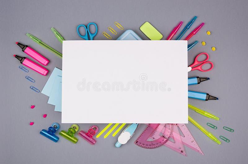Konzeptkunst-Briefpapierhintergrund mit leerem Briefkopfpapier für Text für Design und Werbung färbte Bürozubehör lizenzfreie stockbilder