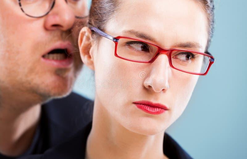 Konzeptmann der sexuellen Belästigung auf Frau stockfotos