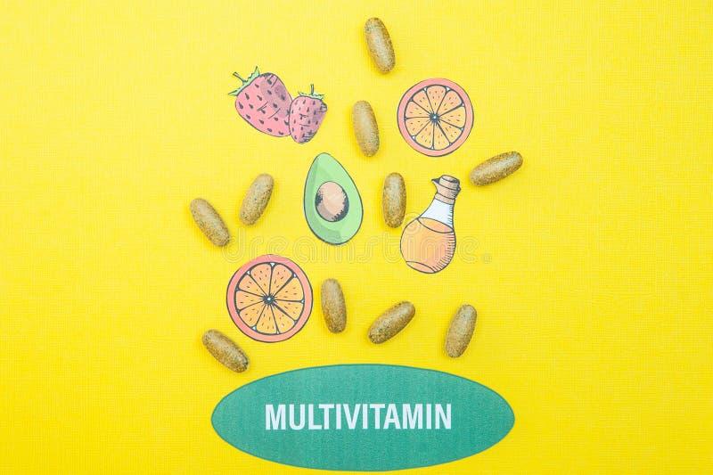 Konzeptmultivitamins und -erg?nzungen, ein Brunnen ihrer Kapseln und n?tzliche Produkte auf einem Gelb stockbilder