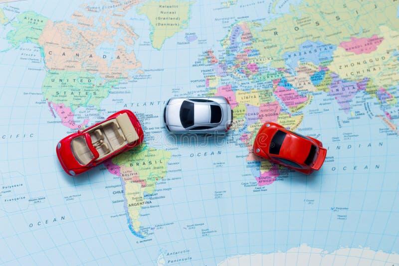 Konzeptreise mit Miniaturautos stockfotos