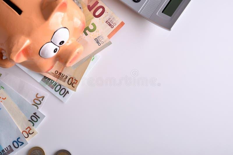 Konzeptspareinlagen und -buchhaltung mit Sparschweingeldtaschenrechner lizenzfreies stockbild