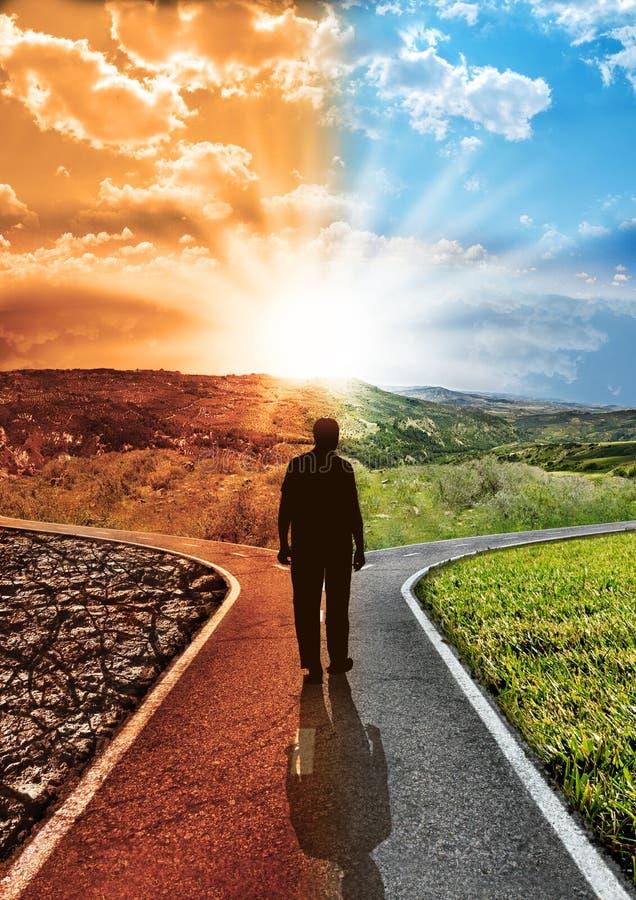 Konzeptverantwortungs-Umweltbelastungsklimawandel und globale Erwärmung mit Schattenbildmann, der das Gehen auf ein gepflastertes lizenzfreie stockfotografie