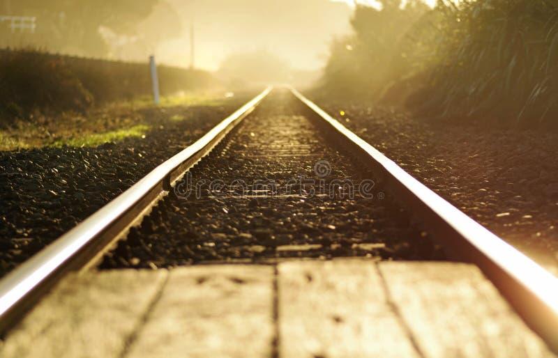Konzeptzusammenfassung ein Neustart | Bahnstrecken an der Dämmerung lizenzfreie stockfotos